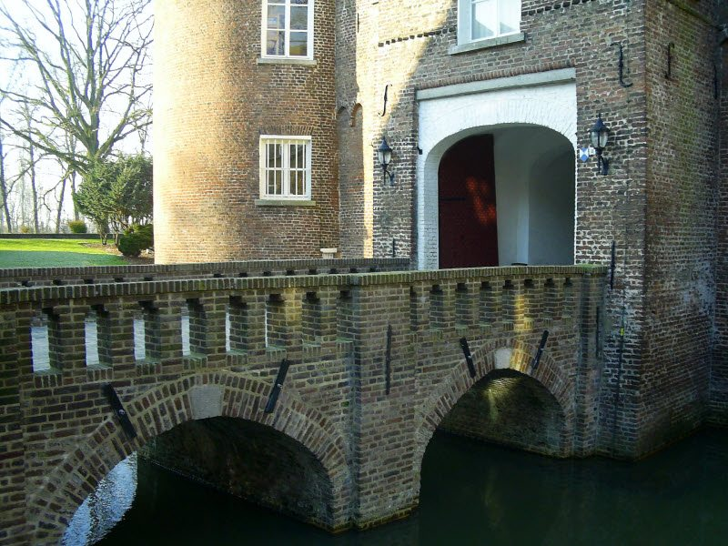Bridges over moats, and ancient constructions worthy of a castle! The Netherlands has a history unique in Europe.