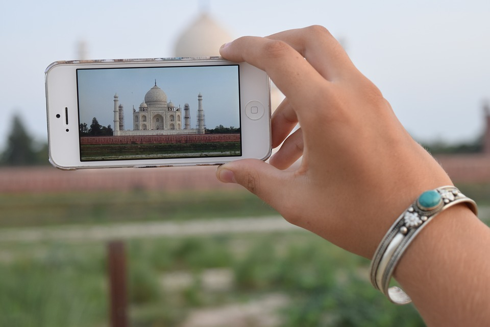 hand, iphone, taj mahal